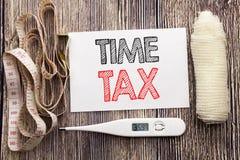 显示时间税的手写的文本 企业健身健康空征税财务提示书面稠粘的笔记的概念文字 库存图片