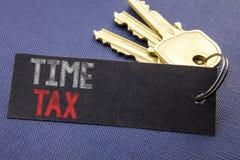 显示时间税的手写的文本 企业征税在便条纸写的财务提示的概念文字附有ke 库存图片