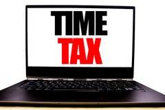 显示时间税的手写的文本 企业征税在显示器前面屏幕写的财务提示的概念文字,白色b 免版税图库摄影