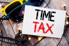 显示时间税的文字文本 征税在与拷贝空间的稠粘的笔记写的财务提示的企业概念在老木头w 图库摄影