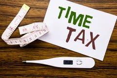 显示时间税的概念性手文字文本说明 征税在稠粘的便条纸写的财务提示的企业概念 免版税库存图片