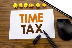 显示时间税的概念性手文字文本 征税在的稠粘的便条纸写的财务提示的企业概念 免版税库存图片