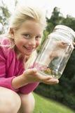 显示昆虫的女孩在瓶子 免版税库存图片