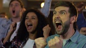 显示是姿态和拍手的年轻人庆祝体育队目标 股票视频