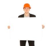 显示晒图纸的白种人男性工程师 免版税库存照片