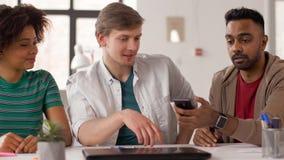 显示智能手机的人对工友在办公室 股票录像