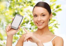 显示智能手机黑屏的愉快的妇女 免版税库存图片