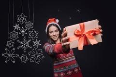 显示有圣诞节礼物的愉快的少妇箱子 库存照片