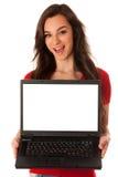 显示有屏幕的美丽的年轻女商人膝上型计算机co的 免版税库存图片