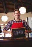 显示有开放标志的微笑的侍者黑板 库存照片