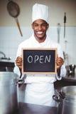 显示有开放标志的微笑的厨师黑板 免版税库存照片