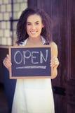 显示有开放标志的微笑的女服务员黑板 免版税库存图片