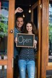 显示有开放标志的男人和妇女画象黑板 免版税库存图片