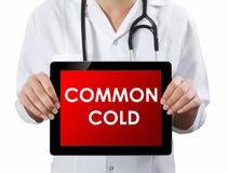 显示有感冒文本的医生片剂 免版税库存图片