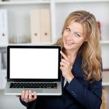 显示有黑屏的女实业家膝上型计算机在办公室 图库摄影
