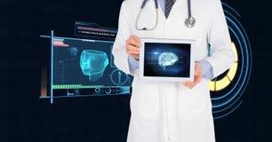 显示有医疗接口的医生的中央部位数字式片剂 库存照片
