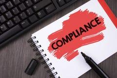 显示服从的文字笔记 陈列Technology Company的企业照片在Pai设置它的政策标准章程被写 库存图片