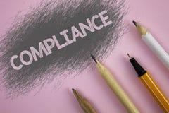 显示服从的文本标志 概念性照片Technology Company在桃红色背景设置它的政策标准章程被写 图库摄影