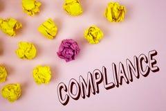 显示服从的文本标志 概念性照片Technology Company在简单的桃红色backg设置它的政策标准章程被写 库存图片