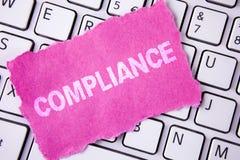 显示服从的概念性手文字 陈列Technology Company的企业照片设置它的政策标准章程命令 免版税库存图片