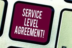 显示服务水准协议的文本标志 在提供商和客户键盘之间的概念性照片承诺 库存图片