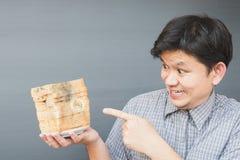 显示朽烂面包的人 免版税库存照片