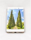 显示柏的整个银幕的图片现代智能手机, I 免版税图库摄影