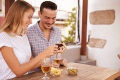 显示某事在手机的俏丽的女孩 免版税库存图片
