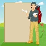 显示某事在空白的委员会的英俊的高尔夫球运动员站立在高尔夫球场 免版税库存图片