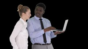 显示某事在膝上型计算机屏幕上的美国黑人的企业顾问谈话与白女实业家,阿尔法通道 股票录像