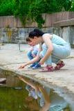 显示某事的小儿子在水中对他的 图库摄影