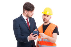 显示某事的年轻主任对建设者或工程师 免版税库存照片