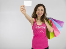 显示标志卡片的购物妇女 免版税库存图片
