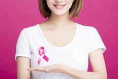 显示桃红色乳腺癌了悟的妇女手 免版税库存图片