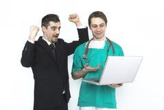 显示检验结果的医生对患者 免版税库存图片
