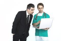 显示检验结果的医生对患者 免版税库存照片