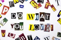 显示概念的词文字文本做什么您爱做企业案件的另外杂志报纸信件在白色 免版税库存照片