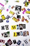 显示概念的词文字文本做什么您爱做企业案件的另外杂志报纸信件在白色 库存图片