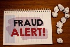 显示欺骗机敏的诱导电话的文字笔记 陈列安全消息欺骗活动的企业照片被怀疑 免版税图库摄影