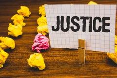 显示正义的概念性手文字 企业照片文本质量是公平或公平的执行法律统治C 库存照片