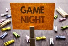 显示比赛夜的手写的文本标志 娱乐乐趣戏剧时间事件的企业概念在稠粘的笔记写的赌博的 免版税图库摄影