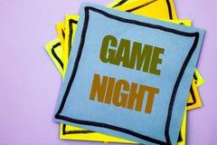显示比赛夜的文字文本 在稠粘的笔记pa写的赌博的企业照片陈列的娱乐乐趣戏剧时间事件 库存图片