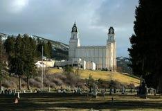显示毗邻公墓的Manti犹他摩门教LDS寺庙早期的春天 免版税图库摄影