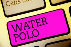 显示水球的文本标志 概念性照片竞争团体性运动在两个队键盘紫色钥匙之间的水中使用了  库存照片