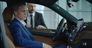 显示汽车的经理对商人 免版税库存图片