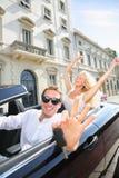 显示汽车钥匙驾驶的汽车司机人 免版税图库摄影