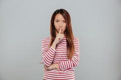 显示沈默姿态的一个相当亚裔女孩的画象 免版税库存照片