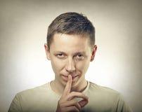 显示沈默标志的人 免版税库存图片