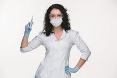 显示注射器的夫人外科医生画象  库存图片