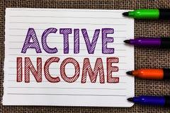 显示活跃收入的概念性手文字 财政企业照片陈列的皇族薪金的退休金 免版税图库摄影